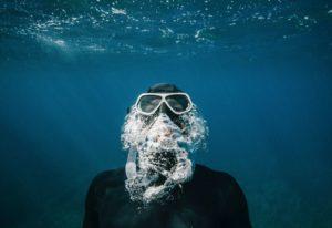 plongeur au tuba qui remonte a la surface